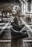 Retrato de la mujer atractiva al aire libre La muchacha feliz que miraba vino Fotografía de archivo