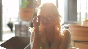 Retrato de la mujer atractiva bonita en lentes que sonr?e mir?ndome en la c?mara lenta almacen de video