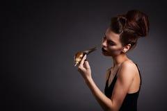 Retrato de la mujer atractiva con el caracol en vestido negro. Moda. Gothi Fotografía de archivo libre de regalías