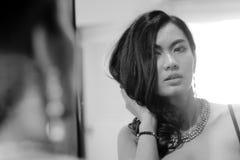Retrato de la mujer atractiva con el espejo, pho blanco y negro Imagen de archivo libre de regalías
