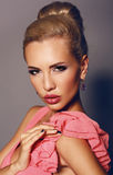 Retrato de la mujer atractiva con el pelo rubio y el maquillaje brillante Imagen de archivo libre de regalías