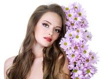 Retrato de la mujer atractiva con las flores Foto de archivo
