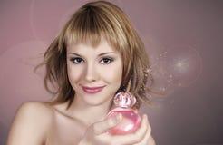 Retrato de la mujer atractiva con perfume Imagenes de archivo