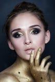 Retrato de la mujer atractiva de la moda Maquillaje con las estrellas del oro Imagen de archivo
