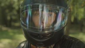 Retrato de la mujer atractiva en casco de la moto metrajes