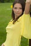 Retrato de la mujer atractiva en fondo verde Fotos de archivo libres de regalías