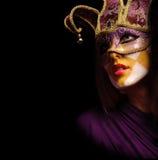 Retrato de la mujer atractiva en la máscara violeta del partido Imagenes de archivo
