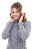 Retrato de la mujer atractiva feliz en suéter y manguitos de lana i Fotos de archivo