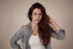 Retrato de la mujer atractiva joven con la cara sonriente y el pelo largo rizado rojo hermoso Cuidado de la belleza imágenes de archivo libres de regalías