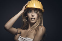 Retrato de la mujer atractiva joven con el casco amarillo Fotos de archivo libres de regalías