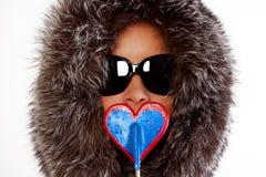 Retrato de la mujer atractiva joven con el lollipop fotos de archivo libres de regalías