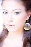 Retrato de la mujer atractiva joven con el pelo largo Fotos de archivo libres de regalías