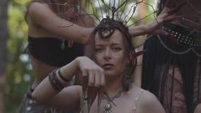 Retrato de la mujer atractiva joven en el traje de teatro, peinado y componer del baile de la dríada con los ojos pintados encend almacen de metraje de vídeo
