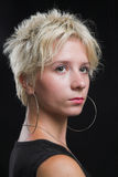 Retrato de la mujer atractiva joven hermosa en fondo negro Fotos de archivo libres de regalías