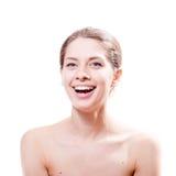 Retrato de la mujer atractiva joven hermosa sonriente feliz con los ojos azules grandes en el fondo blanco Fotos de archivo