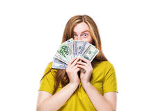 Retrato de la mujer bastante joven con el dinero aislado en la parte posterior del blanco Imagen de archivo