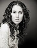 Retrato de la mujer bastante joven con el pelo rizado. Imágenes de archivo libres de regalías