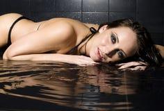 Retrato de la mujer bastante joven con el pelo y la ropa interior mojados Imagen de archivo libre de regalías