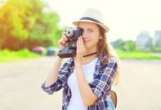 Retrato de la mujer bastante joven con la cámara vieja retra del vintage Imagenes de archivo