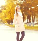 Retrato de la mujer bastante joven en otoño soleado Imagen de archivo