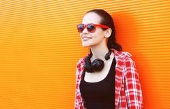 Retrato de la mujer bastante joven feliz en gafas de sol Imagen de archivo
