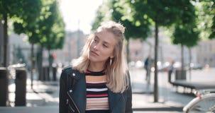 Retrato de la mujer bonita de la moda en una ciudad en Europa almacen de metraje de vídeo