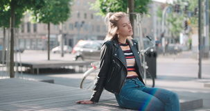 Retrato de la mujer bonita de la moda en una ciudad en Europa metrajes