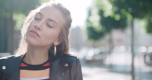 Retrato de la mujer bonita de la moda en una ciudad en Europa almacen de video