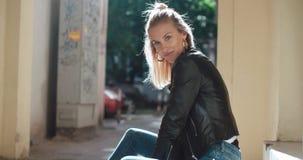 Retrato de la mujer bonita de la moda en una ciudad en Europa Imagenes de archivo