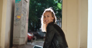 Retrato de la mujer bonita de la moda en una ciudad en Europa Imagen de archivo