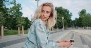 Retrato de la mujer bonita de la moda en una ciudad en Europa Fotos de archivo libres de regalías