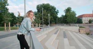 Retrato de la mujer bonita de la moda en una ciudad en Europa Foto de archivo