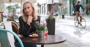 Retrato de la mujer bonita de la moda en una ciudad en Europa Fotografía de archivo libre de regalías