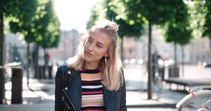 Retrato de la mujer bonita de la moda en una ciudad en Europa Foto de archivo libre de regalías