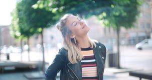 Retrato de la mujer bonita de la moda en una ciudad en Europa Imagen de archivo libre de regalías
