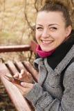 Retrato de la mujer bonita del blondie de la moda que mira la cámara Sonrisa brillante Imagen de archivo libre de regalías