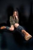 Retrato de la mujer bonita joven en botas Fotos de archivo