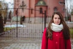 Retrato de la mujer bonita joven en día de primavera frío Imagen de archivo
