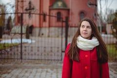 Retrato de la mujer bonita joven en día de primavera frío Foto de archivo libre de regalías