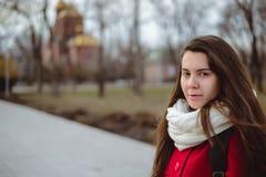Retrato de la mujer bonita joven en día de primavera frío Foto de archivo