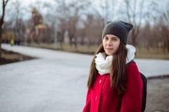 Retrato de la mujer bonita joven en día de primavera frío Fotos de archivo