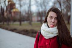 Retrato de la mujer bonita joven en día de primavera frío Fotos de archivo libres de regalías