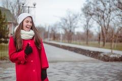 Retrato de la mujer bonita joven en día de primavera frío Fotografía de archivo libre de regalías