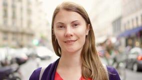 Retrato de la mujer bonita que se coloca en la calle urbana Mirada de la sonrisa de la cámara Empresaria en Europa almacen de metraje de vídeo