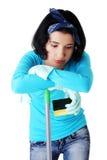Retrato de la mujer cansada con una fregona y una esponja Foto de archivo libre de regalías