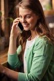 Retrato de la mujer casual en el teléfono fotos de archivo libres de regalías