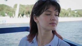 Retrato de la mujer caucásica bonita que disfruta de forma de vida en barco de vela en el río almacen de video