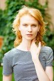 Retrato de la mujer caucásica del pelirrojo joven en camiseta rayada Fotografía de archivo