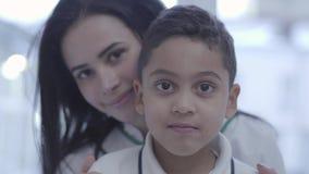 Retrato de la mujer cauc?sica joven hermosa con el muchacho hermoso del mulato que mira in camera sonriente Concepto de lindo fel almacen de video