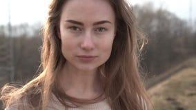 Retrato de la mujer caucásica sonriente atractiva de la pertenencia étnica en el ambiente urbano metrajes